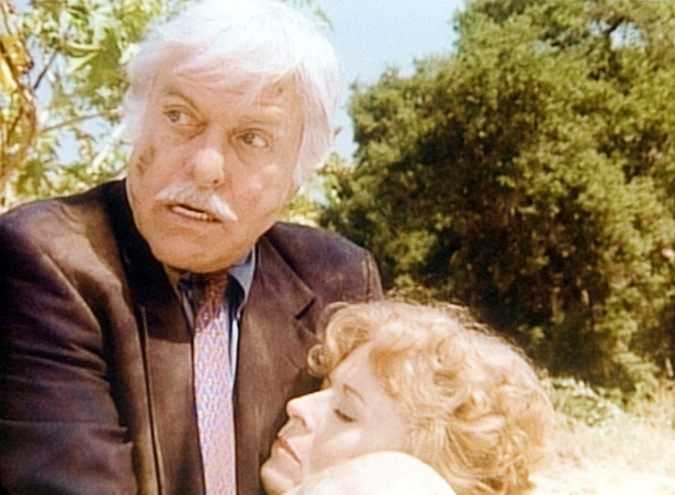 Dr. Sloan (Dick Van Dyke, l.) kümmert sich um die bei einem Autounfall verletzte Gretchen McLord (Holland Taylor, r.). - Bildquelle: Viacom
