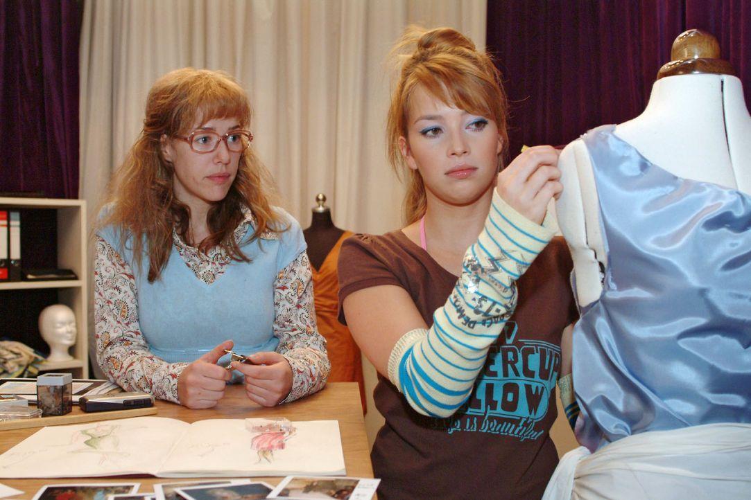 Verbündete: Hannah (Laura Osswald, r.) vertraut Lisa (Alexandra Neldel, l.) an, dass sie unter Liebeskummer leidet. Die rät ihr, für ihr Glück zu kä... - Bildquelle: Monika Schürle Sat.1