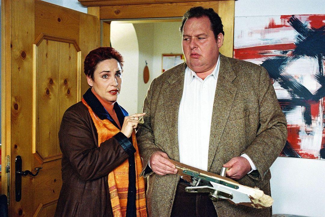 Sabrina (Katerina Jacob, l.) ist es schon etwas peinlich, dass ihr Kollege Benno (Ottfried Fischer, r.) manchmal mit der Tür ins Haus fällt ... - Bildquelle: Aki Pfeiffer Sat.1