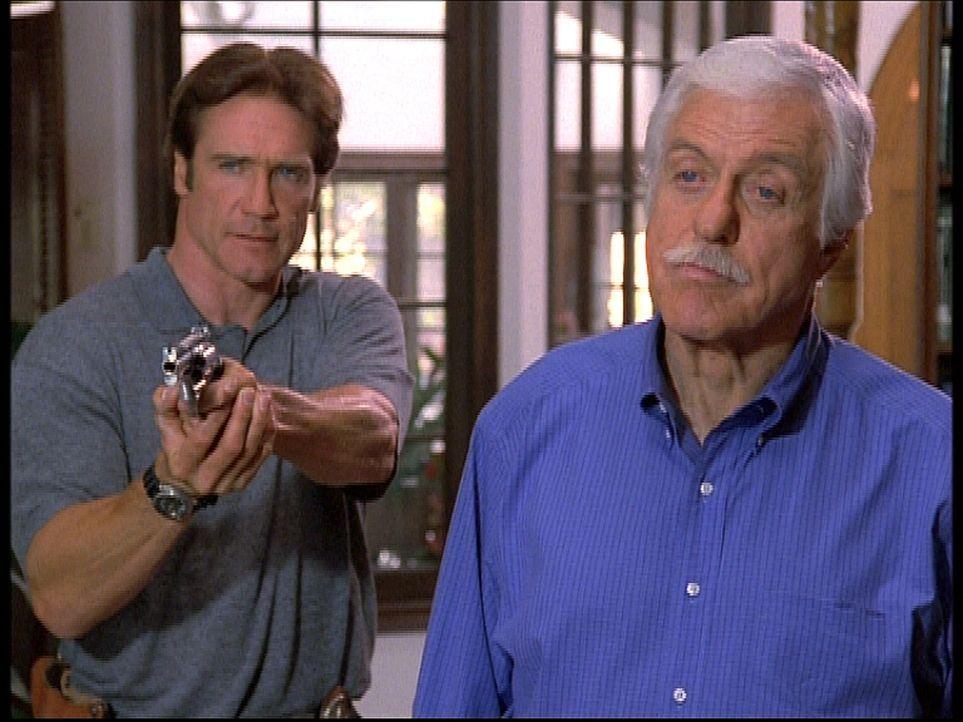 Mark (Dick Van Dyke, r.) und sein Sohn Steve (Barry Van Dyke, l.) sehen sich Gangstern gegenüber, die zu allem entschlossen sind und damit drohen, i... - Bildquelle: Viacom