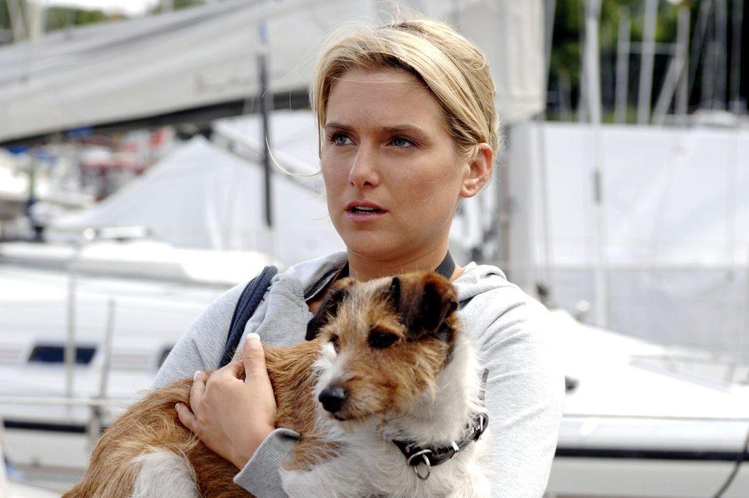 Anna (Jeanette Biedermann) hat den Hund des Yachtbesitzers gefunden ... - Bildquelle: Oliver Ziebe Sat.1