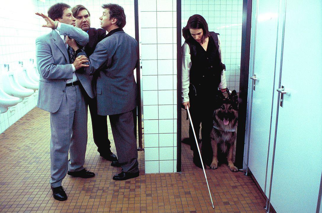 Durch Zufall wird Mascha Reinhard (Nina Kronjäger, r.) Zeugin eines Streitgespräches zwischen drei Männern (Bernd Tauber, 3.v.l., Peter Rappenglück,... - Bildquelle: ProSieben