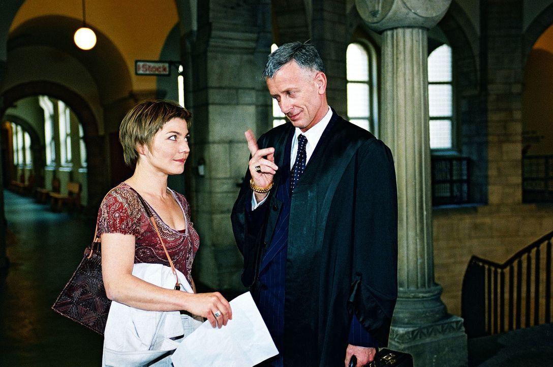 Stephanie (Claudia Schmutzler, l.) bittet Anwalt Dr. Helmdorf (Ludwig Hollburg, r.) um Verständnis für ihre momentan komplizierte Lebenssituation ..... - Bildquelle: Monika Schürle Sat.1