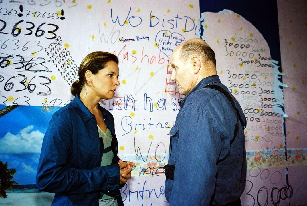 Katja (Désirée Nosbusch, l.) und Merten (Jürgen Schornagel, r.) finden Hinweise in Nicoles Wohnung. - Bildquelle: Gordon Mühle Sat.1