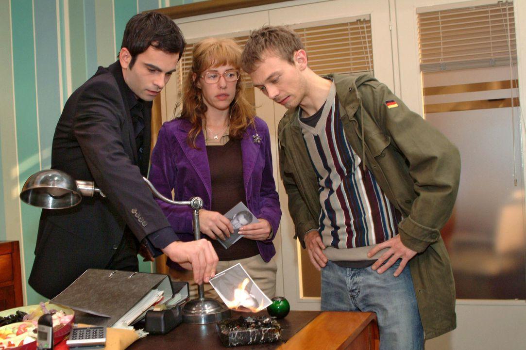 Lisa (Alexandra Neldel, M.) findet, dass sich David (Mathis Künzler, l.) und Jürgen (Oliver Bokern, r.) doch darüber freuen sollten, dass Richard we... - Bildquelle: Monika Schürle Sat.1