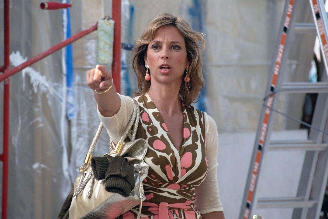 Rambolds Freundin Hasi (Carin C. Tietze) trifft auf Mallorca zufällig auf Resi Berghammer. - Bildquelle: sat.1