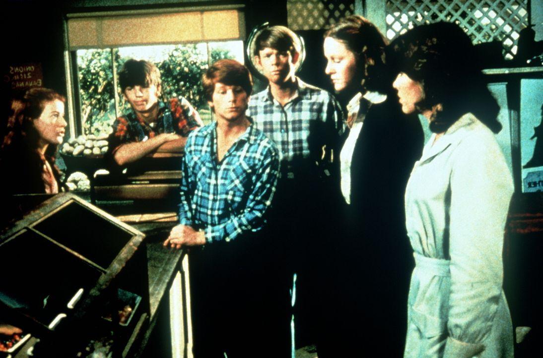 Während Ike im Krankenhaus seinen Herzinfarkt auskuriert, führen die Waltons-Kinder, (v.l.n.r.) Elizabeth (Kami Cotler), Jim Bob (David W. Harper),... - Bildquelle: WARNER BROS. INTERNATIONAL TELEVISION