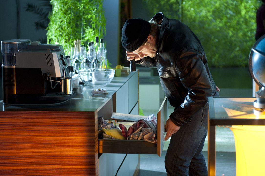 Um Beweismittel sicherzustellen, betätigt sich Mick (Henning Baum) nicht nur als Schatzsucher, sondern auch als Einbrecher ... - Bildquelle: Martin Rottenkolber SAT.1 / Martin Rottenkolber