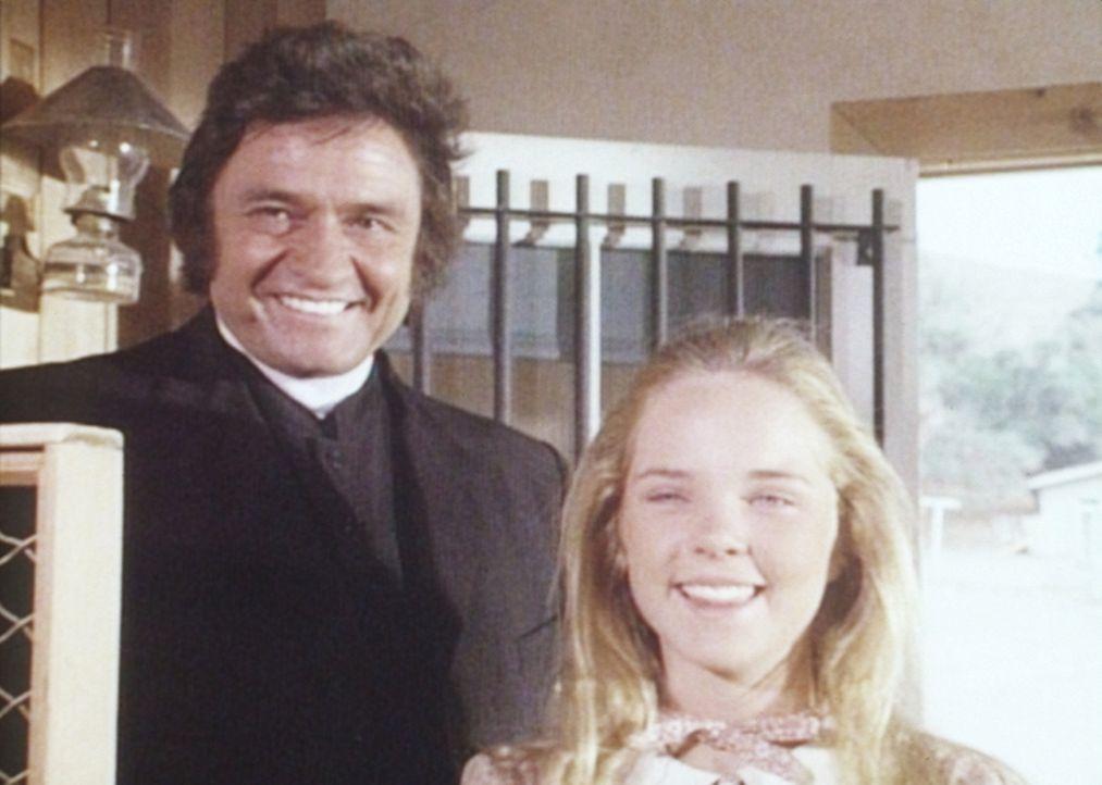 Mary (Melissa Sue Anderson, r.) hat keine Ahnung, dass Mr. Hodgekiss (Johnny Cash, l.) kein Priester ist und hilft ihm gerne beim Sammeln der Spende... - Bildquelle: Worldvision