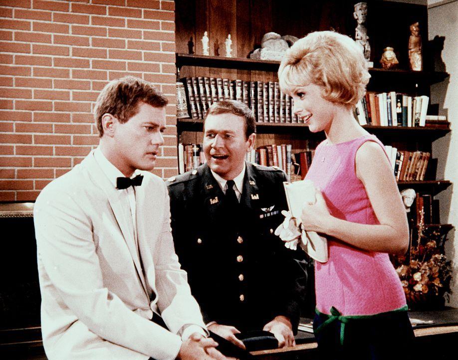 Jeannie (Barbara Eden, r.) zaubert wieder: Tony (Larrr Hagman, l.) kann plötzlich singen wie Caruso. - Bildquelle: Columbia Pictures