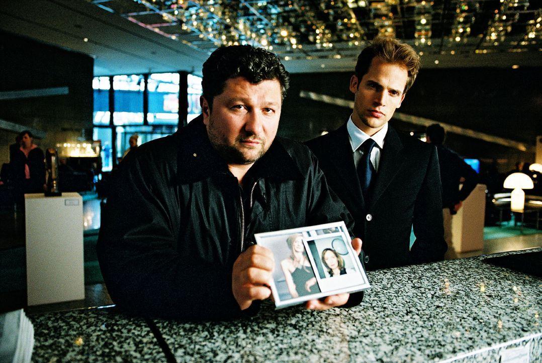 Orkan Örsey (Aykut Kayacik, l.) und Karsten Schmitt (Thorsten Feller, r.) befragen den Hotelangestellten zu der Tatnacht. - Bildquelle: Hardy Spitz Sat.1