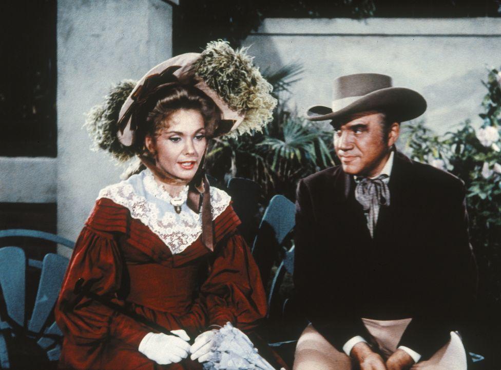 Als Ben Cartwright (Lorne Greene, r.) am Krankenbett seines Jüngsten wacht, erinnert er sich dabei an Little Joes Mutter. Er hatte Mary (Felicia Far... - Bildquelle: Paramount Pictures