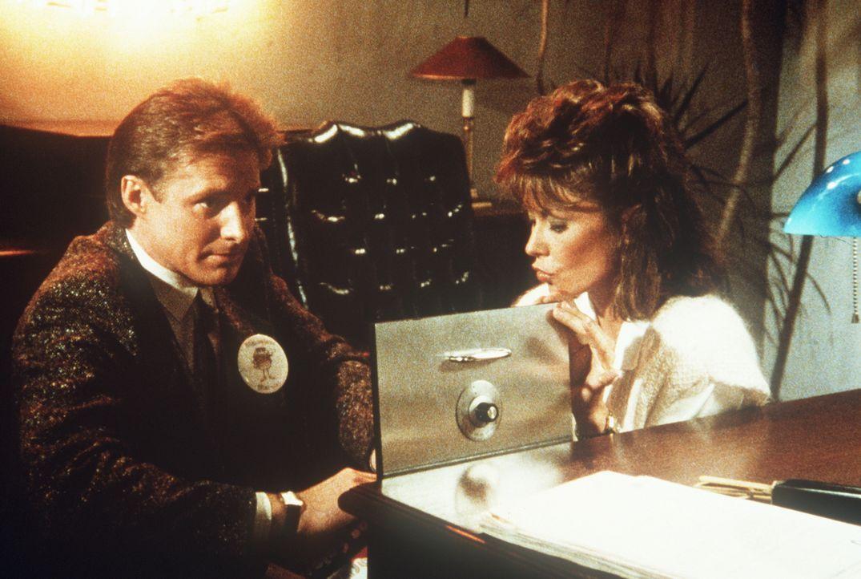 Lee (Bruce Boxleitner, l.) und Amanda (Kate Jackson, r.) suchen nach Unterlagen, mit denen die Vergiftung von Hamburgern bewiesen werden könnte ...
