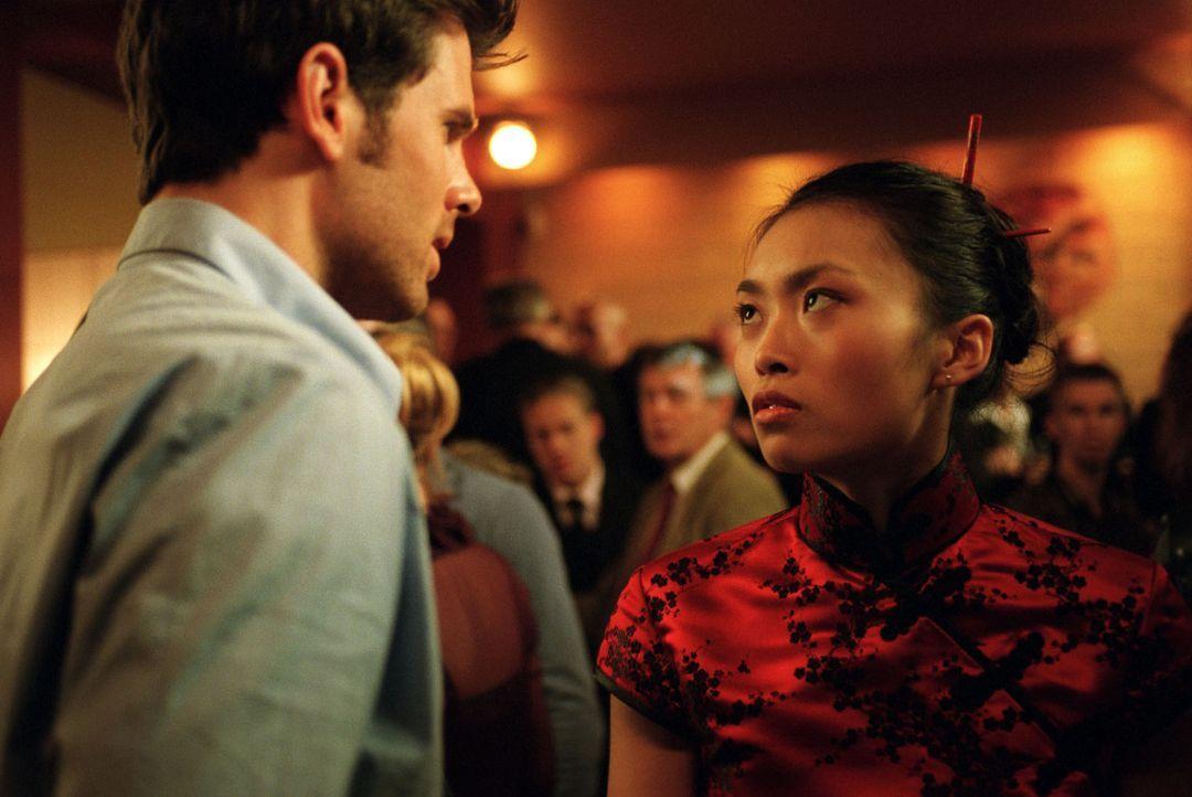 Auf dem Cocktailempfang von Tommis (Steffen Groth, l.) Vater erscheint Dingding (Linda Chang, r.) in einem atemberaubenden Kleid, um Tommi den Kopf... - Bildquelle: Wolfgang Jahnke Sat.1