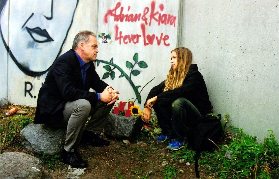 Wolff (Jürgen Heinrich, l.) trifft Klara (Alexandra Schalaudek, r.), die Freundin von Adrian, der sich im Gefängnis erhängt hat. - Bildquelle: Claudius Pflug Sat.1
