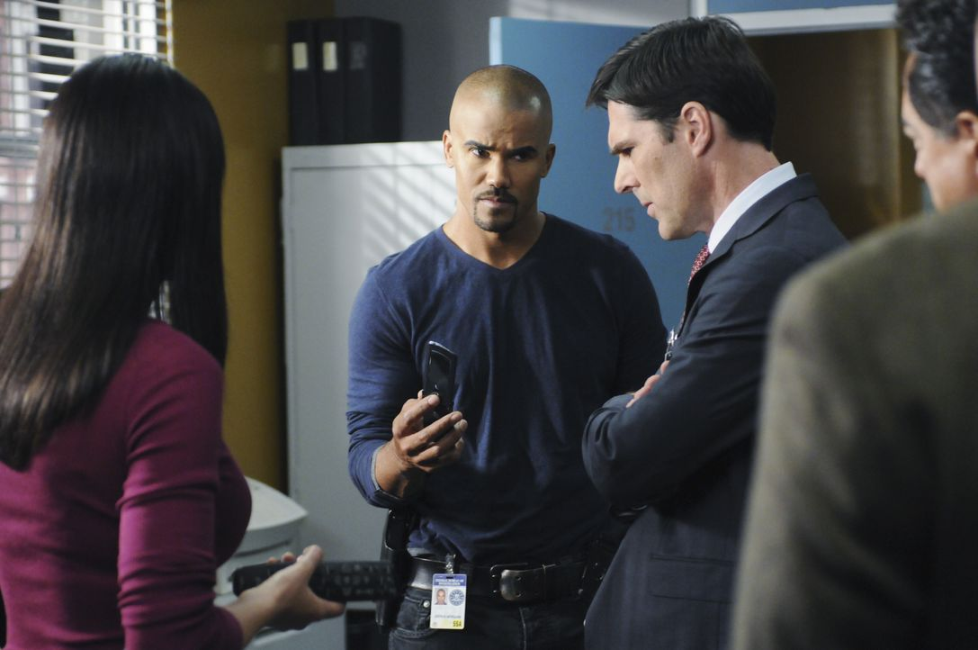 Ein neuer Fall beschäftigt das BAU-Team: Morgan (Shemar Moore, 2.v.l.), Prentiss (Paget Brewster, l.), Gibbs (Thomas Gibson, 2.v.r.) und Rossi (Joe... - Bildquelle: Sonja Flemming 2010 American Broadcasting Companies, Inc. All rights reserved. / Sonja Flemming