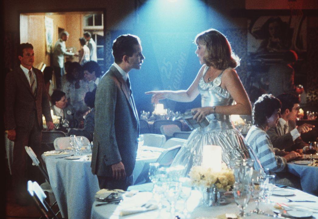 Auf dem Abschlussball ihrer Highschool - Klasse trifft Peggy Sue (Kathleen Turner, r.) ihren alten Freund Richard (Barry Miller, l.) wieder ... - Bildquelle: TriStar Pictures
