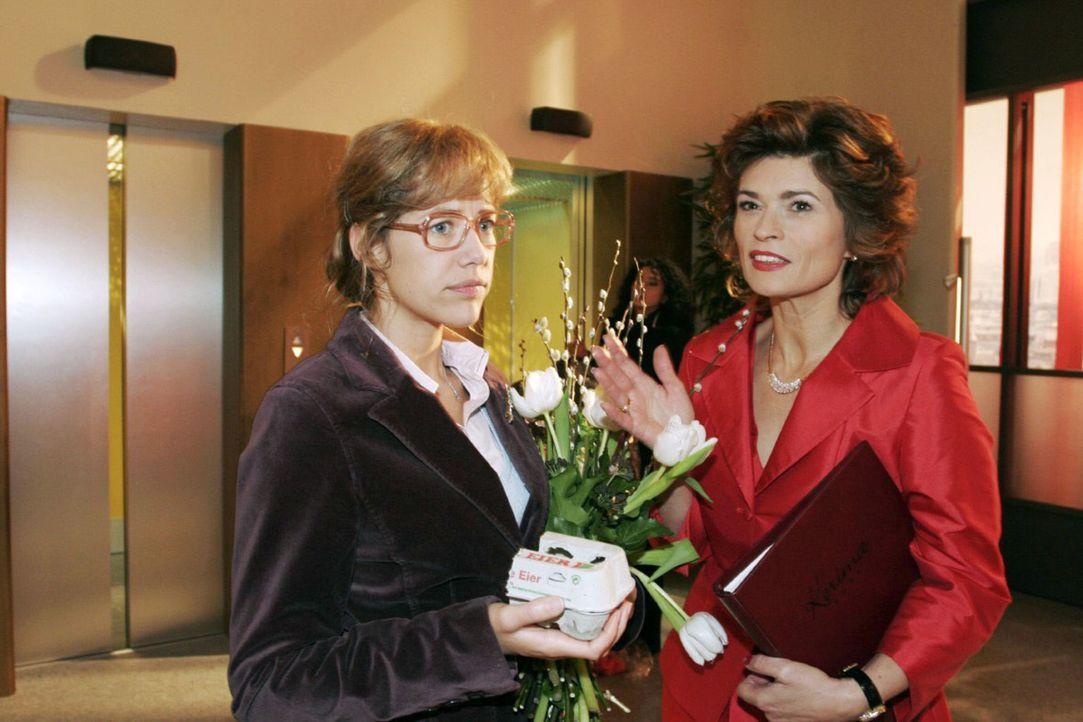 Scheinheilig wiegt Sophie (Gabrielle Scharnitzky, r.) Lisa (Alexandra Neldel, l.) bezüglich ihres TV-Porträts, das am Abend ausgestrahlt werden soll... - Bildquelle: Noreen Flynn Sat.1