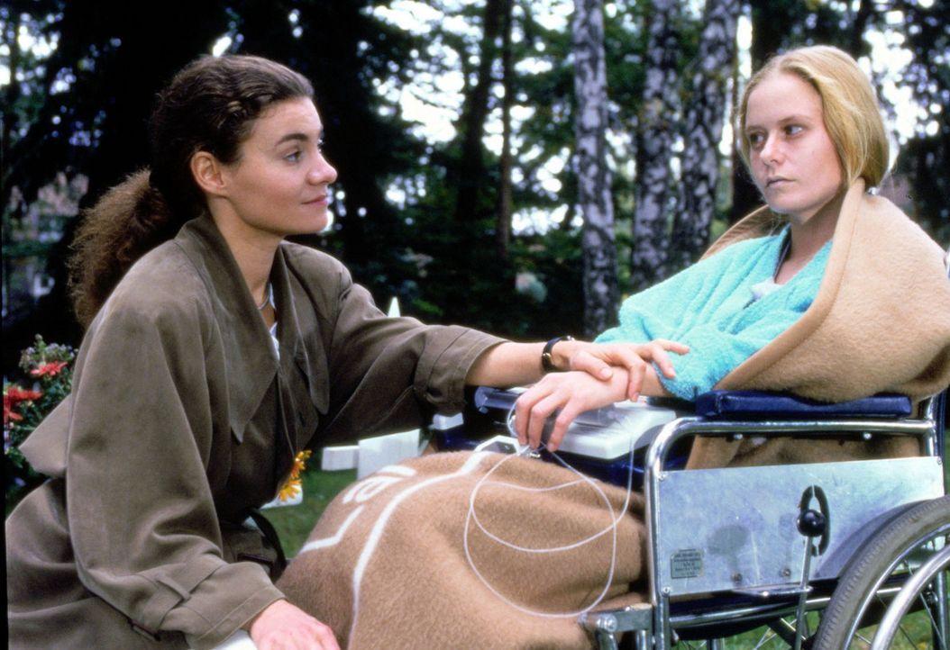 Für die 20-jährige Nina Helbricht (Susanne Lüning, r.) kommt jede Hilfe zu spät. Auch ein Spenderherz kann sie nicht mehr retten. Nina bittet St... - Bildquelle: Noreen Flynn Sat.1
