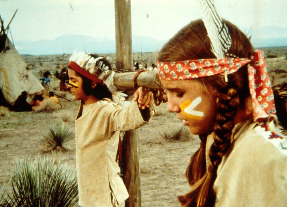 Nachdem die Indianer erkannt haben, dass Laura (Melissa Gilbert, r.) und Albert (Matthew Laborteaux, l.) nicht echt sind, werden beide an den Marter... - Bildquelle: Worldvision