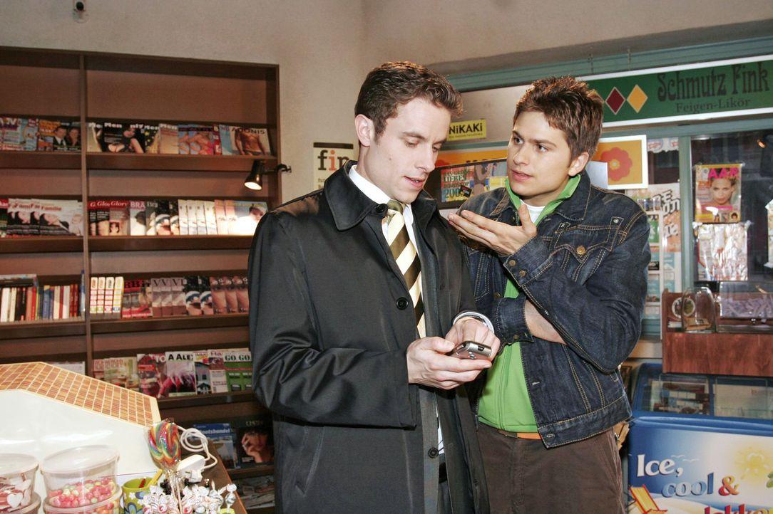 Max (Alexander Sternberg, l.) gibt sich gegenüber Timo (Matthias Dietrich, r.) zuversichtlich, dass sich sein teuer geliehenes Kapital durch seine A... - Bildquelle: Noreen Flynn Sat.1