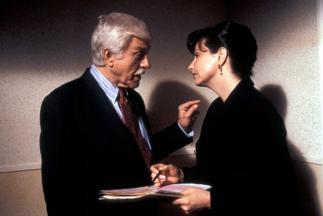 Dr. Mark Sloan (Dick Van Dyke, l.); Marsha McArthur (Leila Kenzle, r.) - Bildquelle: CBS Studios Inc. All Rights Reserved.