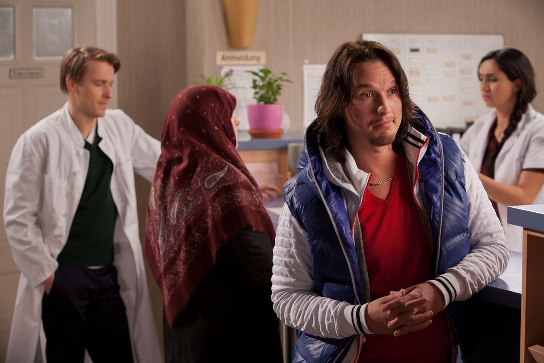 Während David (Max von Pufendorf, l.) eine Polizistin anbaggert, wird Nina von dem jungen Möchtegern-Casanova Alessandro (Christopher Kohn, vorne) a... - Bildquelle: Conny Klein SAT.1