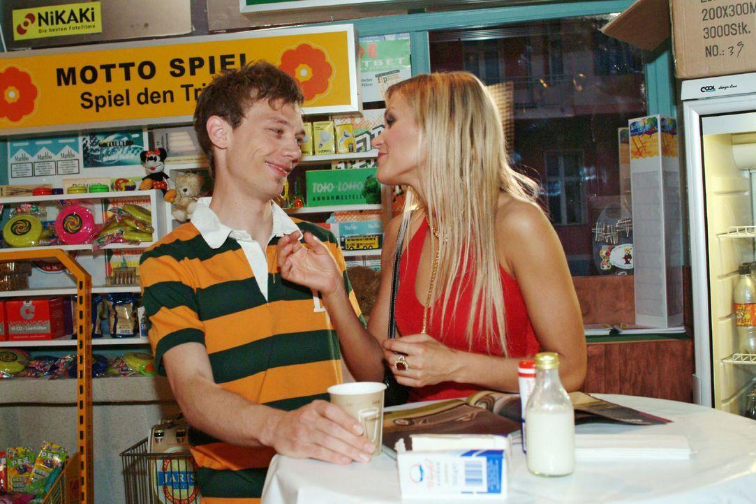 Sabrina (Nina-Friederike Gnädig, r.) versucht Jürgen (Oliver Bokern, l.) für den Kauf eines besonders günstigen Neuwagens zu begeistern. Doch Jürgen... - Bildquelle: Noreen Flynn Sat.1