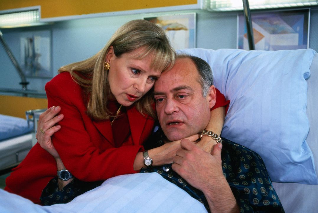 Klaus Nissen (Jochen Kolenda, r.) wird mit einem Kreislaufkollaps ins Krankenhaus eingeliefert, den seine eifersüchtige Ehefrau Ortrud (Marina Krog... - Bildquelle: Noreen Flynn Sat.1