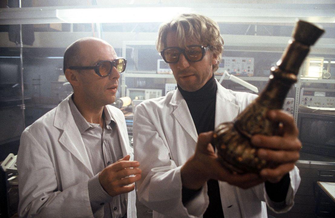 Jakob (Michael von Au, r.) und sein Kollege Lehmann (Peter Ender, l.) verwandeln eine simple Bierflasche im Transformator in ein orientalisches Wund... - Bildquelle: Jörg Klaus Sat.1