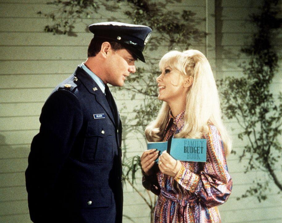 Jeannie (Barbara Eden, r.) ist stolz auf das, was sie in den nächsten Jahren alles sparen kann, wenn sie so weiter macht, doch Tony (Larry Hagman, l... - Bildquelle: Columbia Pictures