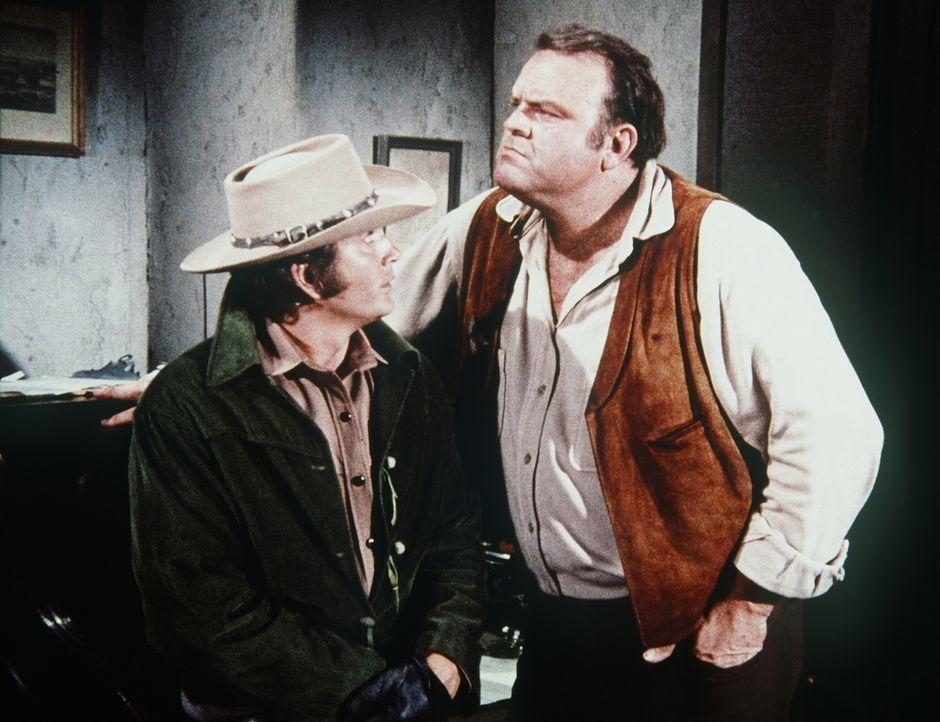 Weil Sheriff Coffee Dienstgeschäfte außerhalb von Virginia City zu erledigen hat, wird kurzerhand Hoss (Dan Blocker, r.) zu seiner Wochenendaushilfe... - Bildquelle: Paramount Pictures