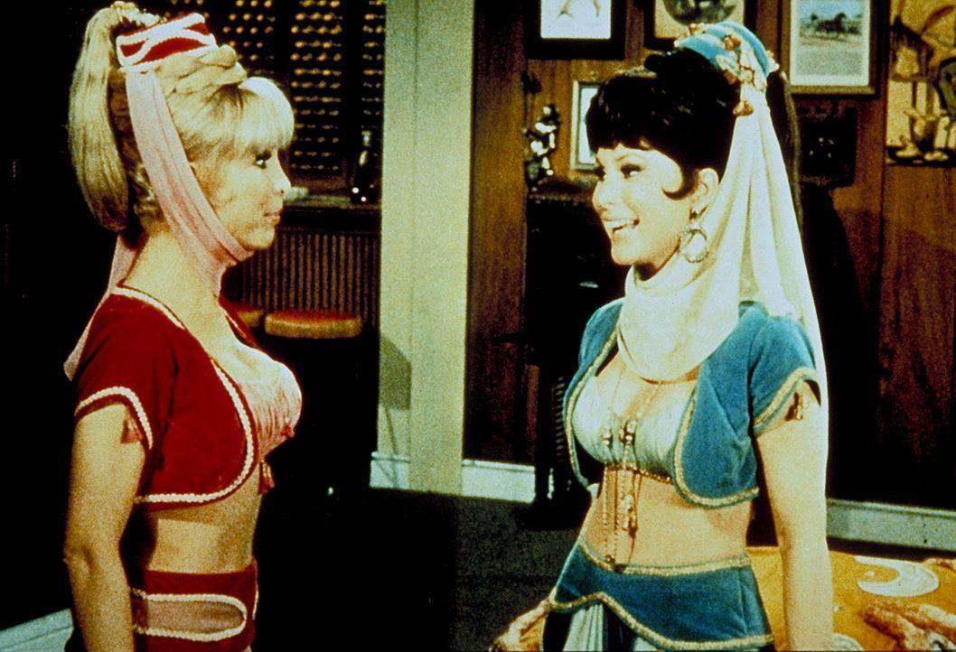 Jeannie (Barbara Eden in Doppelrolle) glaubt ihrer bösen Schwester, dass der Flug zum Mond ein hoffnungsloses Unterfangen ist. Nun versucht sie alle... - Bildquelle: Columbia Pictures