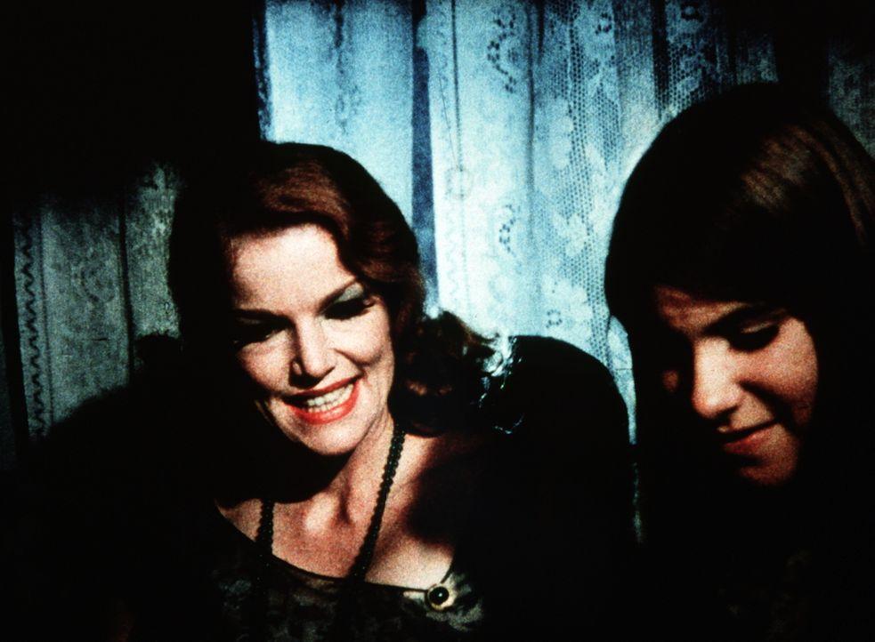 Alvira Drummond (Pippa Scott, l.) breitet sich im Hause Walton aus. Sie freundet sich sogar mit Mary Ellen (Judy Norton-Taylor, r.) an. - Bildquelle: WARNER BROS. INTERNATIONAL TELEVISION