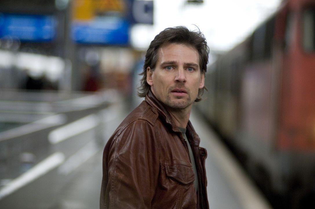 Leon (René Steinke) holt seine Tochter vom Bahnhof ab. - Bildquelle: Thekla Ehling Sat.1