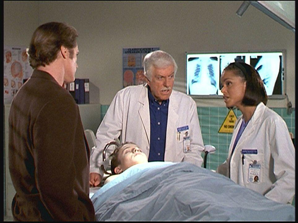 Steve (Barry Van Dyke, l.) und Mark (Dick Van Dyke, M.) erfahren von Amanda (Victoria Rowell, r.), was sie bei der Obduktion von Eric (Will Estes) h... - Bildquelle: Viacom