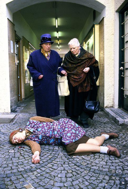 Verkäuferin Elfriede Blenninger (Patricia von Miserony, vorne) stürzte beim Fenster putzen. Ein Unfall? Resi (Ruth Drexel, r.) und Walburga Hechenbi... - Bildquelle: Magdalena Mate Sat.1