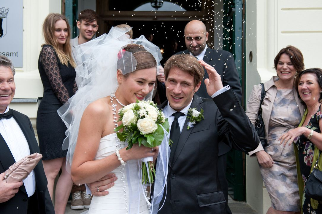 Hat Bräutigam David (David Rott, r.) die richtige Schwester (Alissa Jung; l.) geheiratet? - Bildquelle: Stephan Rabold SAT.1