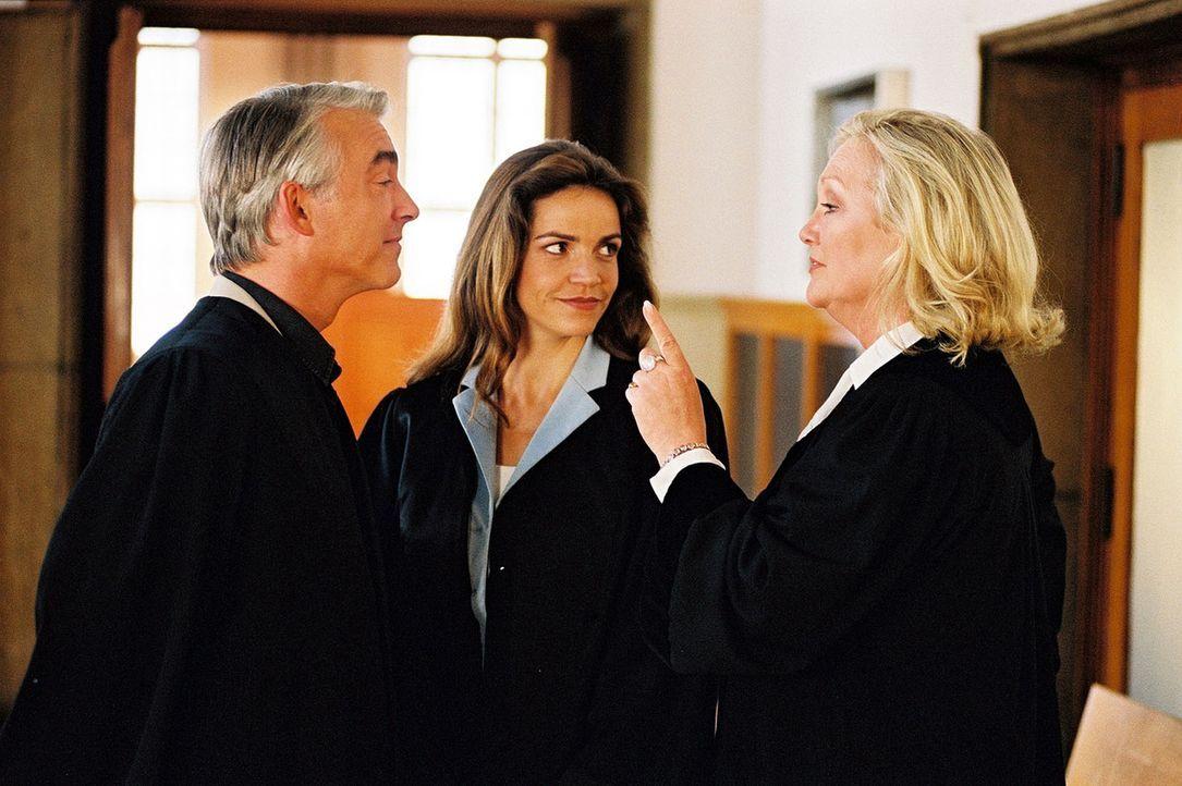 Richterin Kreuzer (Doris Kunstmann, r.) ist Vorsitzende Richterin im ersten gemeinsamen Prozess von Felix (Christoph M. Ohrt, l.) und Sandra (Rebecc... - Bildquelle: Hardy Spitz Sat.1