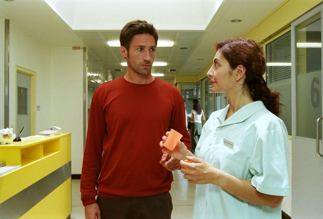 Da sich das Babyglück nicht einstellen will, findet sich Uli (Benjamin Sadler, l.) unverhofft beim Spermatest - und unter den Fittichen von Schweste... - Bildquelle: Noreen Flynn Sat.1
