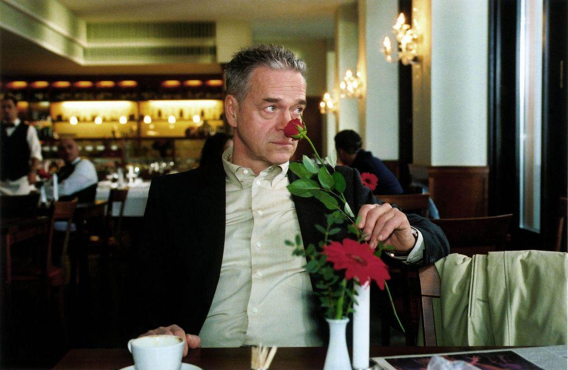 Der Besitzer einer bekannten Würstchenbude wurde ermordet. Offensichtlich hatte er viele Frauenkontakte, die über eine Agentur vermittelt wurden. Um... - Bildquelle: Claudius Pflug Sat.1