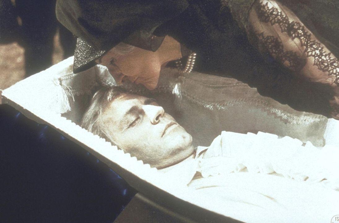 Livia Emberday (Cathleen Nesbitt, r.) beugt sich über den vermeintlich toten Clossen (Eddi Arent, l.) ... - Bildquelle: Constantin Film