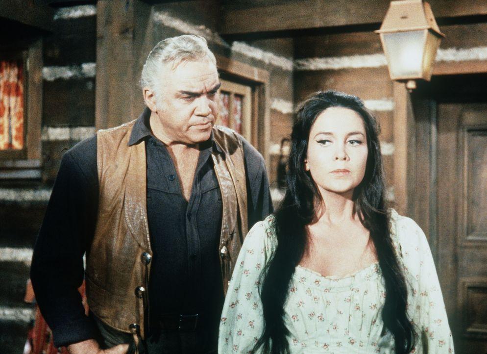 Ben (Lorne Greene, l.) hat vom Häuptling der Paiute-Indianer das weiße Mädchen Joan (Anjanette Corner, r.) geschenkt bekommen, das sie einst auf ein... - Bildquelle: Paramount Pictures