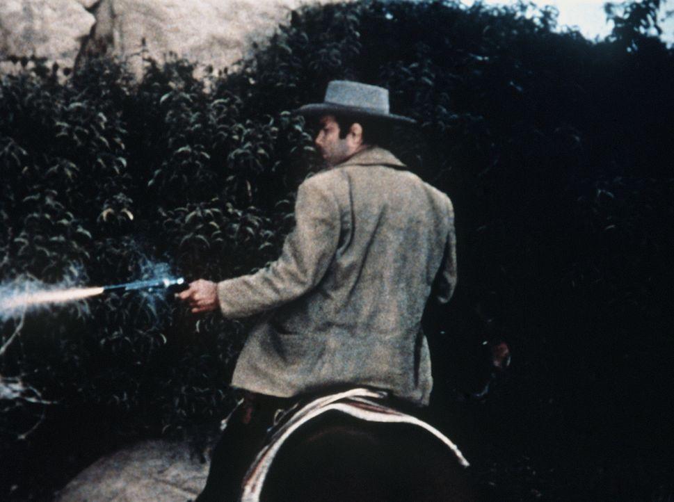 Als Little Joe von einem Wolf angefallen wird und das benötigte Medikament in Virginia City nicht verfügbar ist, fängt Adam (Pernell Roberts) an, da... - Bildquelle: Paramount Pictures