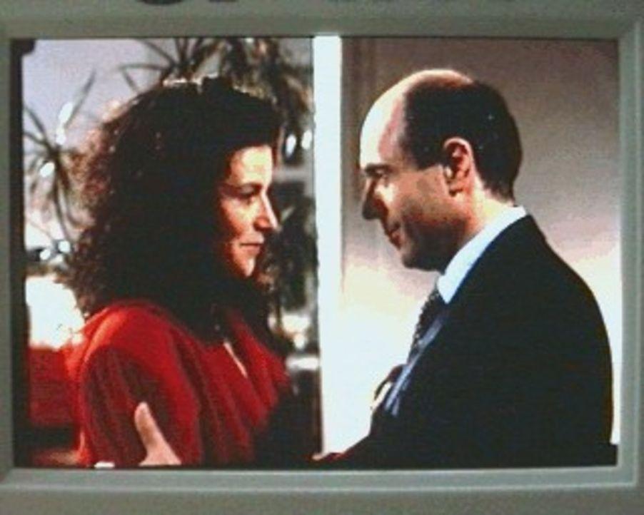 Dr. Fried (Gerd Wamling, r.) versucht seine Freundin Marga (Adelheid Arndt, l.) davon zu überzeugen, dass der Mann, der sie verfolgt hat, keine erns... - Bildquelle: Alfred Raschke Sat.1