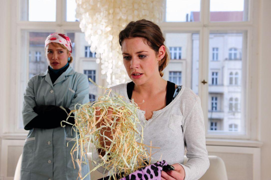 Jenny (Felicitas Woll, r.) ist völlig außer sich, als sie sieht, was Beate (Florentine Lahme, l.) mit den Unterlagen, die sie rehabilitieren sollten... - Bildquelle: Christiane Pausch SAT.1