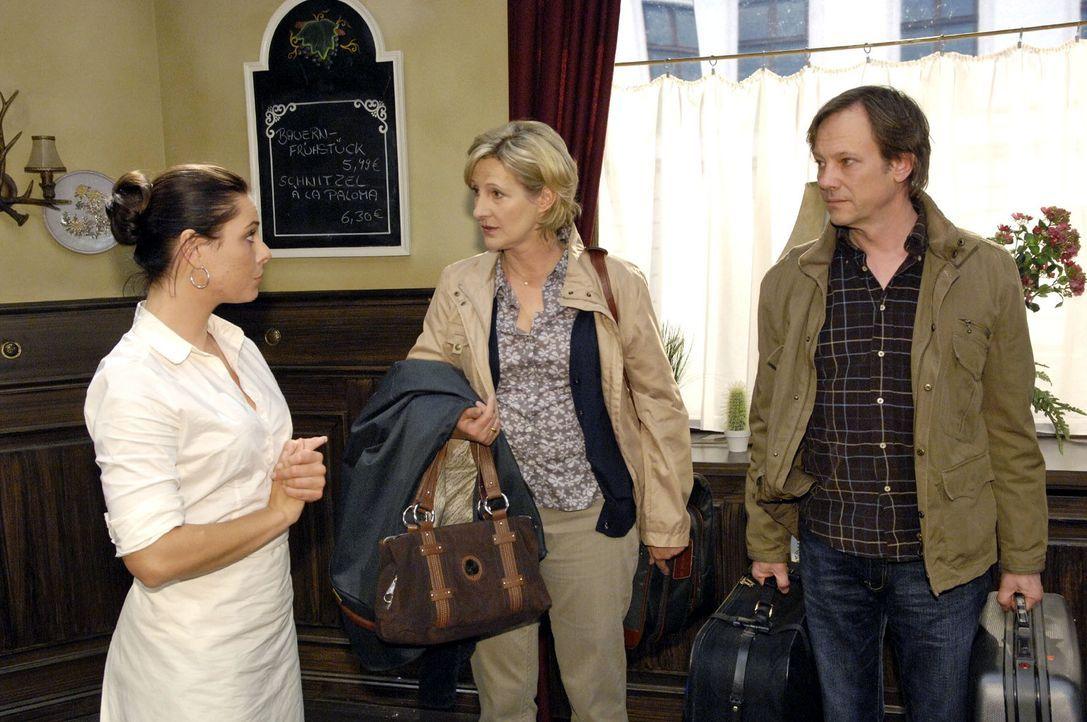 Paloma (Maja Maneiro, l.) ist froh, dass Susanne (Heike Jonca, M.) und Armin (Rainer Will, r.) vorzeitig aus den Flitterwochen zurückgekehrt sind. E... - Bildquelle: Claudius Pflug Sat.1