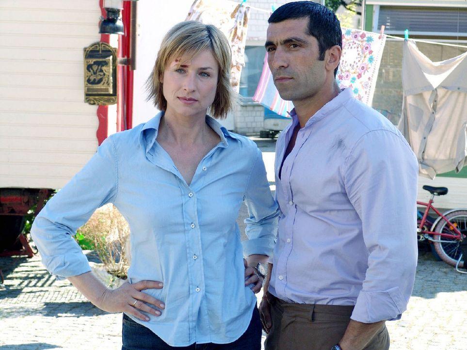 Eva (Corinna Harfouch, l.) ermittelt mit ihrem Kollegen Alyans (Erdal Yildiz, r.) im Mordfall an dem Filmproduzenten J.J. Epstein. - Bildquelle: Volker Roloff Sat.1