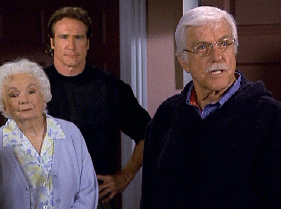 Mark (Dick Van Dyke, r.) und Steve (Barry Van Dyke, M.) konfrontieren eine aufmerksame Nachbarin mit dem Mordverdächtigen. - Bildquelle: Viacom
