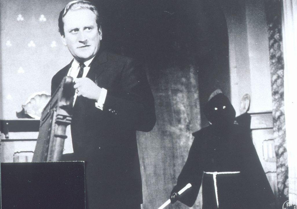 Ein unheimlicher Mönch (r.) treibt im Schloss Darkwood sein Unwesen - ist Sir William (Dieter Eppler, l.) sein nächstes Opfer? - Bildquelle: Constantin Film